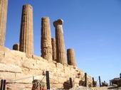 赤茶の古代ギリシャ神殿の大円柱